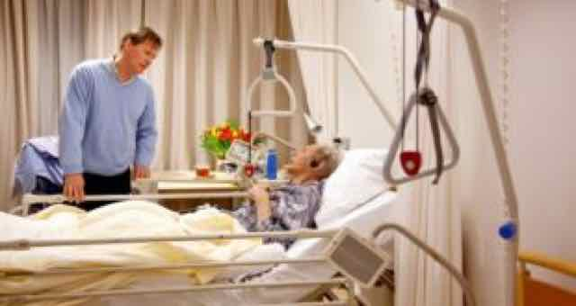 paciente recebendo visita no hospital