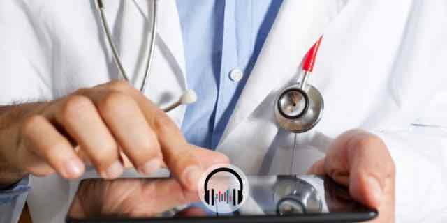medico usando um tablet