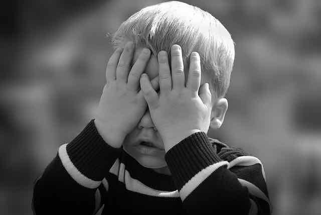criança tapando os olhos