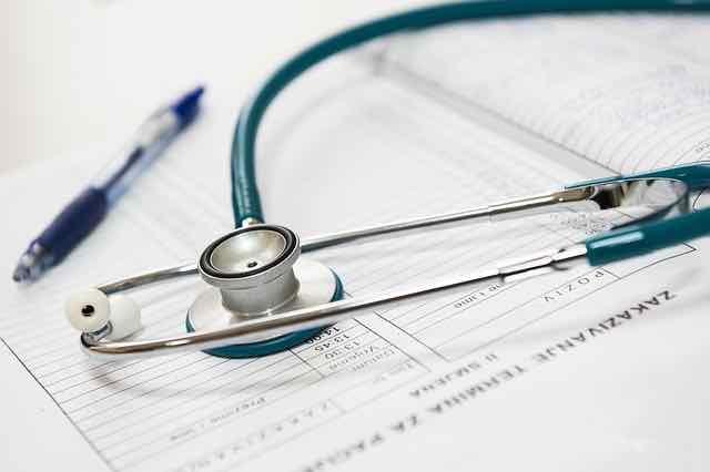 prescricao medica e estetoscopio