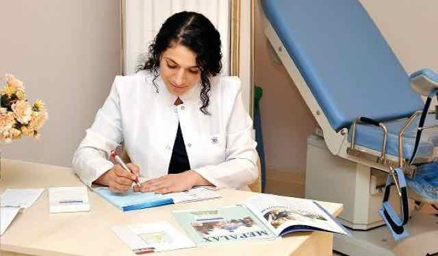 medico fazendo uma prescrição