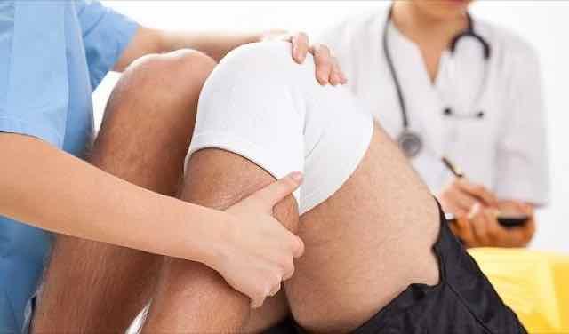 medica supervisionando reabilitacao de joelho