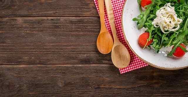 mesa com um prato de salada