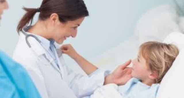 médica atendendo uma criança internada