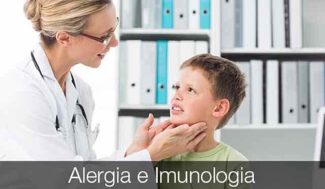 médica examinando paciente criança