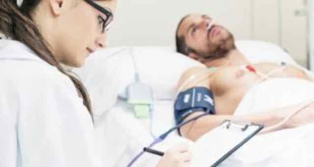medica analisando o paciente
