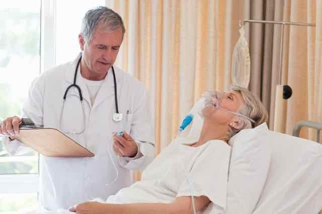 médico examinando paciente