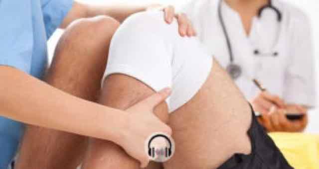 medico cuidando de artrose do paciente