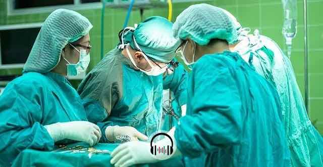 médicos na sala de cirurgia operando paciente