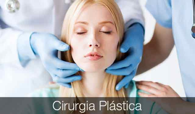 cirurgiao examinando rosto de paciente