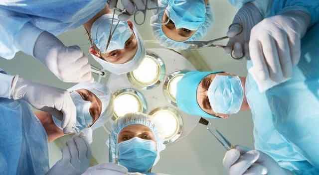 cirurgioes olhando para baixo