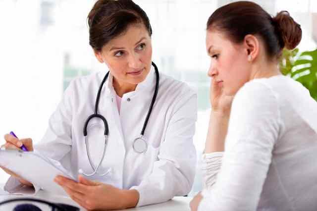 medico explicando diagnostico a paciente