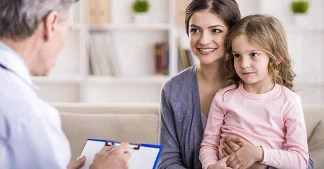 mãe e filha em consulta com pediatra