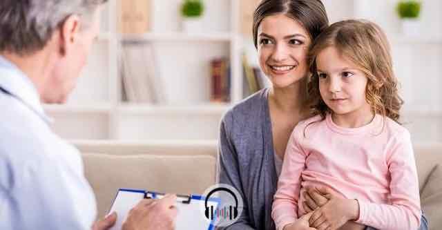 medico em consulta com paciente pediatrico