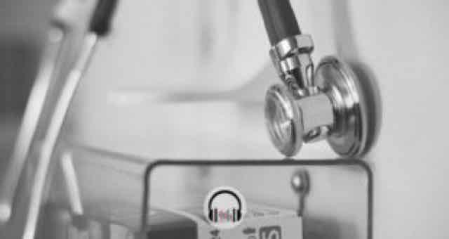 estetoscopio medico em preto e branco