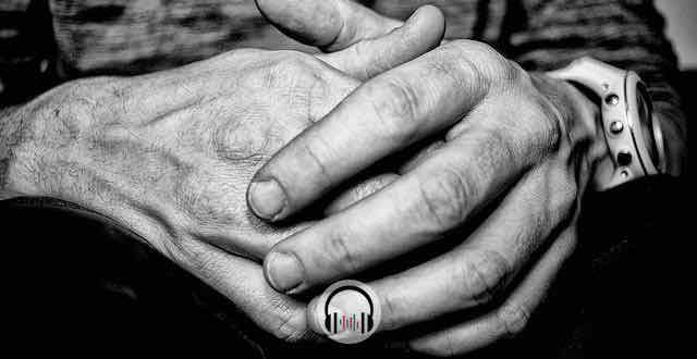 mãos de um homem em preto e branco