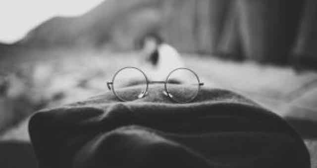 óculos em cima de um cachecol