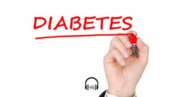 pessoa escrevendo a palavra diabetes em um quadro