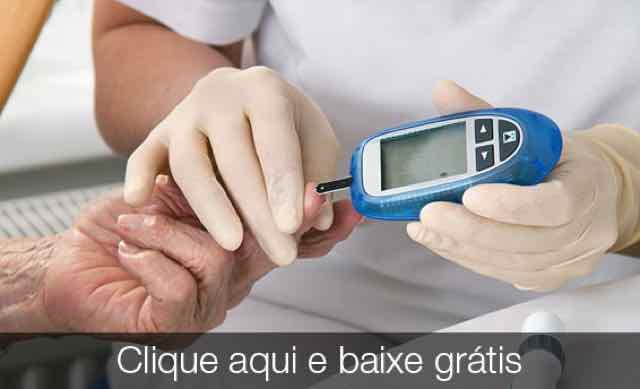 enfermeira medindo o nivel glicemico do paciente