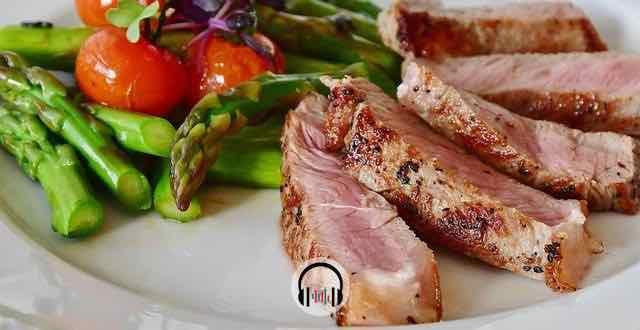 prato de carne vermelha e salada