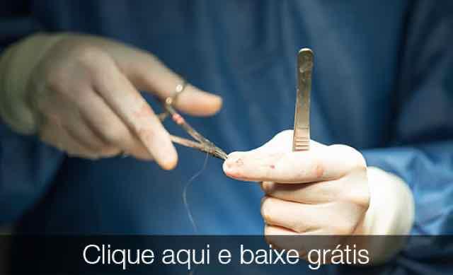 medico preparando a sutura
