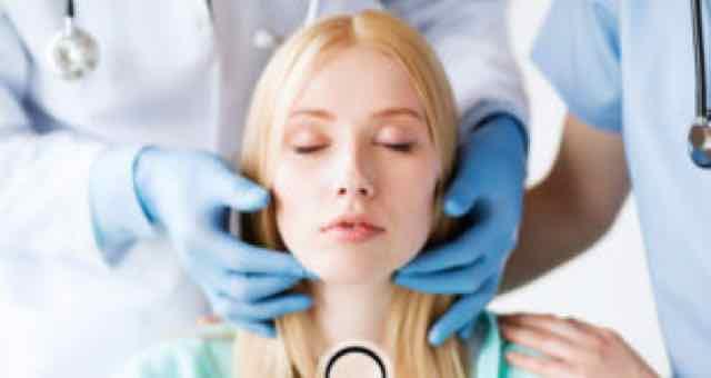 mulher em clinica de estetica