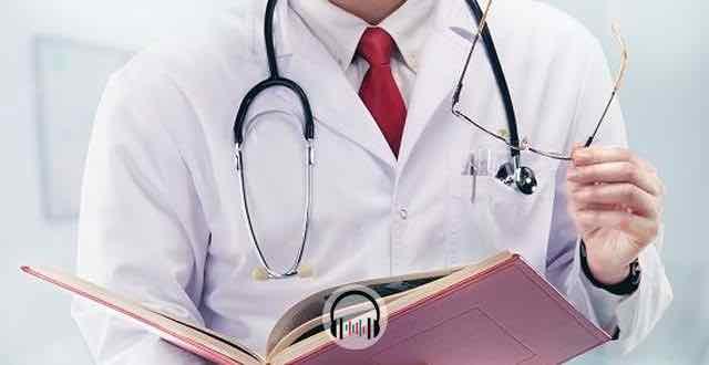 estudante de medicina segurando um livro
