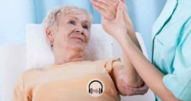 paciente em fisioterapia no braço