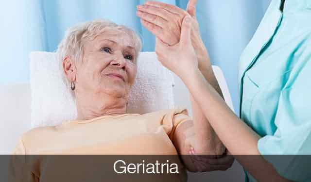 idosa sendo atendida por médico
