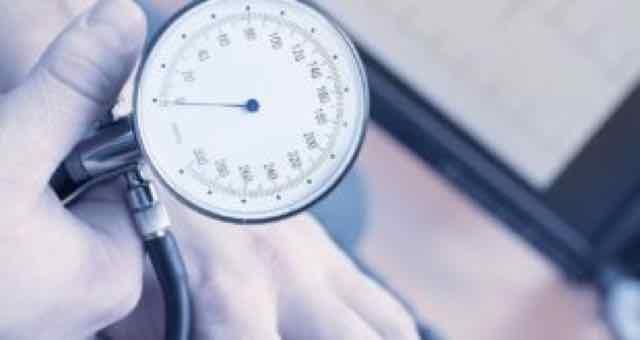 medico medindo a pressão do paciente