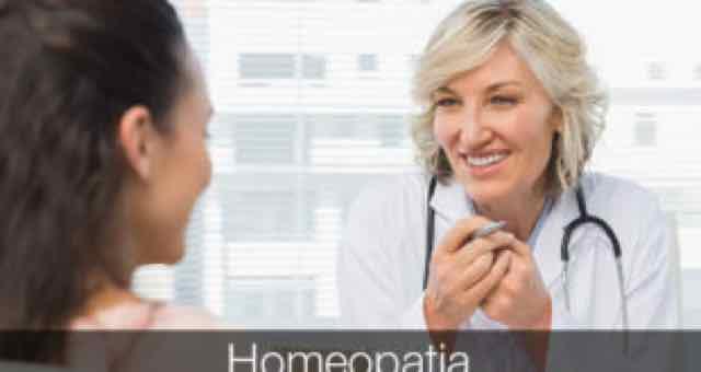 médica sorridente em consulta com paciente