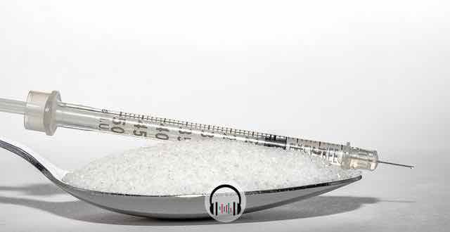 insulina em cima de uma colher de açúcar