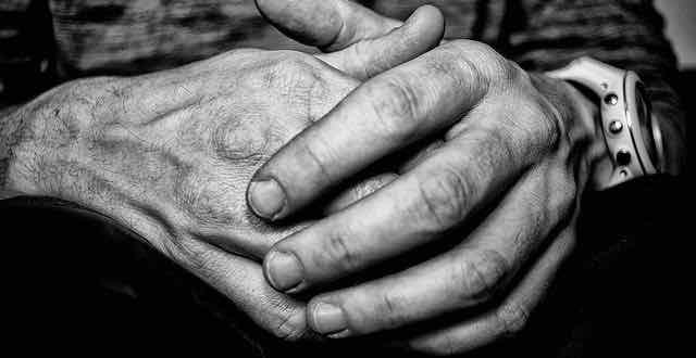 mãos em preto e branco
