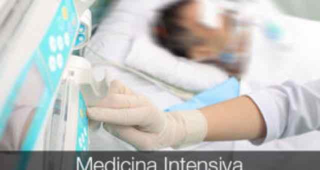 medico cuidando de paciente na UTI