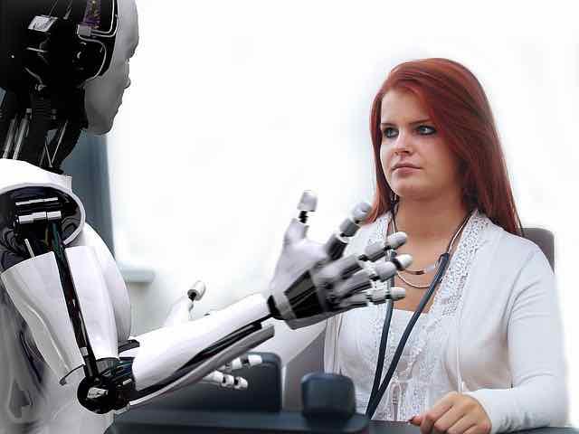 medico olhando para um robo