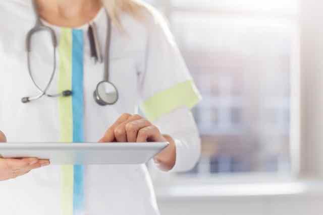 medico usando o tablet