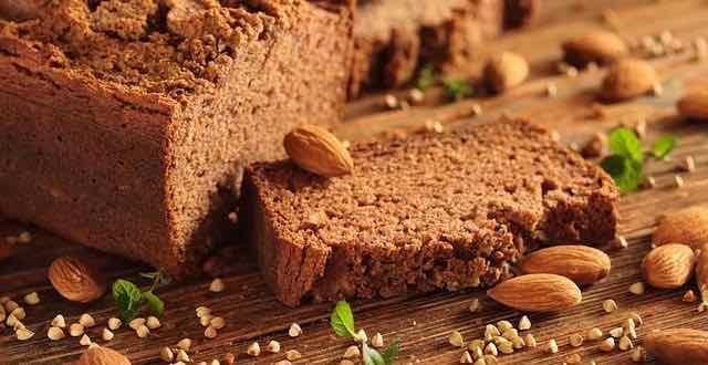 pão sem glúten fatiado em uma tábua de madeira