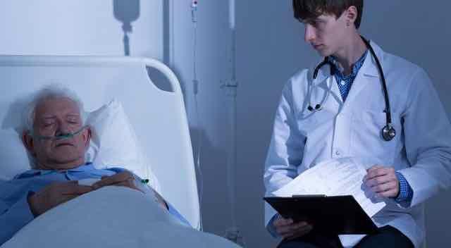 médico avaliando paciente terminal