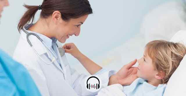 pediatra atentando menino doente
