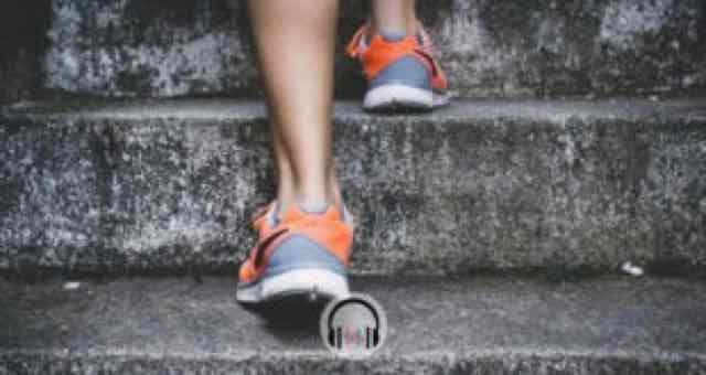 pernas de mulher subindo as escadas