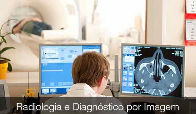 médico examinando os resultados de uma ressonancia magnetica