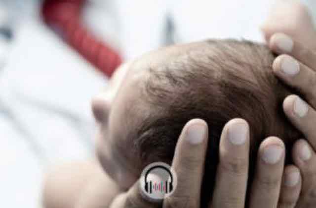 medico cuidando de recem nascido