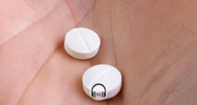 mão segurando duas pilulas