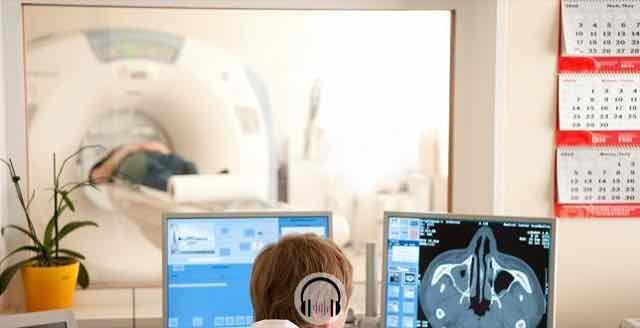 medico olhando os resultados da ressonancia magnetica