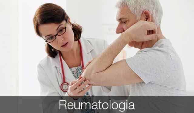 paciente idoso com dor sendo examinado por médica