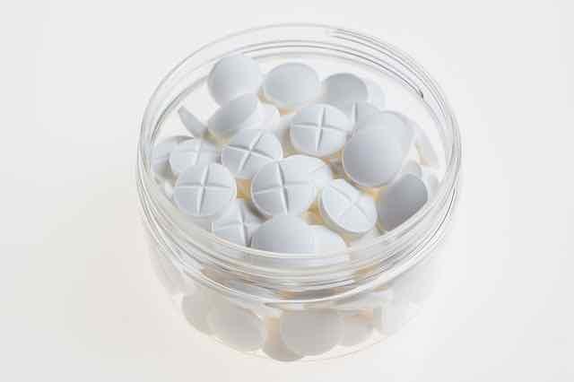 copo com aspirinas