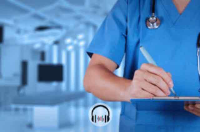 médico no hospital anotando em prancheta