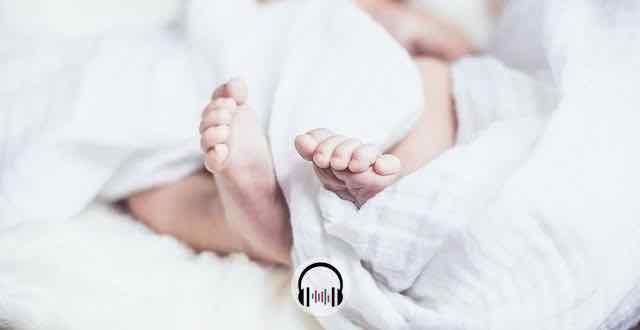 bebê enrolado em lençol com audio