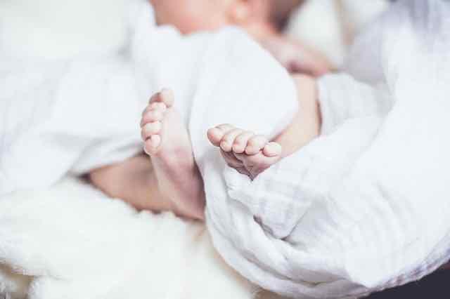 bebe enrolado em lençol