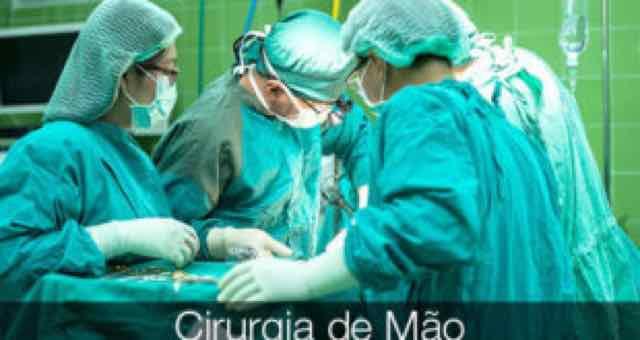 medicos atuando em uma cirurgia